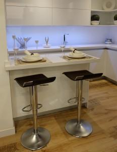 Ahorra espacio de forma elegante escogiendo taburetes en lugar de sillas.